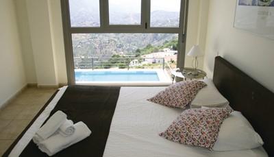 Er zijn vier slaapkamers allemaal gelegen op de eerste verdieping. Elke slaapkamer telt twee eenpersoonsbedden, behalve de master bedroom, die beschikt over een tweepersoonsbed. Alle slaapkamers zijn met prima smaak ingericht. De master bedroom beschikt over een adembenemend uitzicht op het zwembad en de de Middellandse Zee.