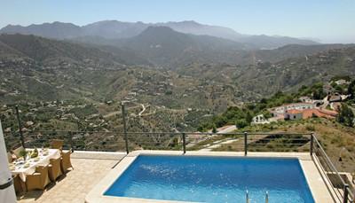 <p>Cómpeta is de perfecte bestemming voor een vakantie in de natuur. Lekker nietsdoen en genieten van de rust, of net een stevige wandeling door de natuurparken? Het kan allemaal. Dit huis is ook een goede uitvalsbasis om wat cultuur op te snuiven want enkele grote steden (Malaga, Granada, Sevilla)&nbsp; liggen allemaal binnen 1, 2 of 3 uur rijden liggen. Wil je dichter bij huis blijven? Breng dan een bezoekje aan de naburige dorpen met hun lokale tradities en lokale specialiteiten. Tip: Proef zeker eens van de wijn van Cómpeta, een lokale trots.</p>