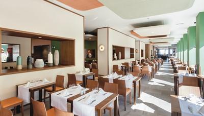 <p>Het hotel is voorzien van verschillende restaurants van geweldige kwaliteit. Je kunt de beste Italiaanse en Spaanse gerechten proeven en 's morgens genieten van het ontbijtbuffet met show cooking om de dag op de best mogelijke manier te beginnen. Bovendien heeft het ClubHotel Riu Costa del Sol maar liefst vijf bars zodat het je aan niets ontbreekt tijdens je verblijf.</p>