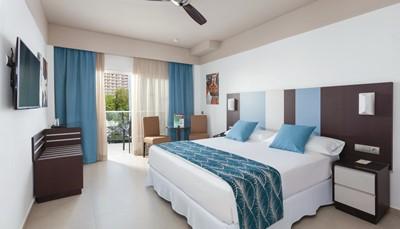 <p>Het ClubHotel Riu Costa del Sol beschikt over meer dan 550 kamers uitgerust met al het nodige comfort. De kamers zijn voorzien van satelliet-tv, airconditioning, een kleine koelkast en het balkon of terras om van heel de omgeving te genieten.</p>