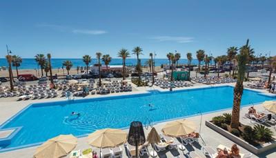 <p>Het hotel ligt in Torremolinos, Malaga, in het zuiden van Spanje, aan de boulevard met uitzicht op het strand. Je kunt er excursies of wandelingen maken door belangrijke natuurgebieden of bezoekjes brengen aan musea, kathedralen of de botanische tuin. De interessante streek, de verschillende zwembaden van het hotel (drie buitenbaden, een binnenzwembad, een kinderbad en een Splash park voor de kinderen) en de ideale ligging vlak aan het strand, zorgen ervoor dat je je niet zult vervelen.</p>