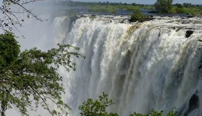 De Victoria Falls watervallen vind je in de Zambezi Rivier tussen Zambia en Zimbabwe. Het zouden de grootste watervallen ter wereld zijn en de breedste watervallen van Afrika. Vroeger werden ze door de plaatselijke bevolking <em>Mo ku sa tunya musi</em> genoemd, wat zoveel betekent als 'Daar waar er steeds rook opstijgt'. Je verblijft in een kleinschalige lodge zo dicht bij de Victoria Falls, dat je de verstuiving van de watervallen voelt tot in de tuinen van de lodge.<br />