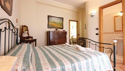 <ul> <li>Slaapkamer 1: Slaapbank voor twee personen</li> <li>Slaapkamer 2: Tweepersoonsbed</li> <li>Slaapkamer 3: Eenpersoonsbed</li> <li>Slaapkamer 4: Eenpersoonsbed</li> </ul>