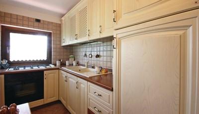 <ul> <li>Keuken: warm en koud water</li> <li>Gas/ elektrisch fornuis</li> <li>Koelkast</li> <li>Moka (espresso)</li> <li>Wasmachine</li> <li>Stofzuiger</li> </ul>