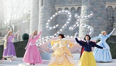 <br /> Alle koningskinderen worden verwacht bij de Royal Castle Stage in Disneyland&reg; Park voor The Starlit Princess Waltz. Een heleboel Disney prinsessen zoals Belle, Assepoester, Doornroosje en Sneeuwwitje organiseren voor onze&nbsp;25<sup>ste</sup> Verjaardag een majestueus bal! Haal je mooiste prinsessenjurk maar boven, want dit mag je niet missen!