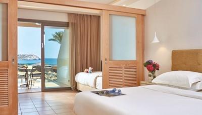 <p>Het hotel beschikt over standaard kamers, familiekamers en swim-up kamers (die geven rechtstreekse toegang tot het zwembad vanop je terras). Contacteer ons om te weten welke kamers nog beschikbaar zijn. Alle kamers beschikken over badkamer met haardroger, tegelvloer, individuele airco (1/6-30/9), telefoon, gratis wifi, satelliet-tv flatscreen, minikoelkast met welkomstpakket, koffie- en theefaciliteiten en safe (gratis). De kamers werden volledig gerenoveerd.</p>