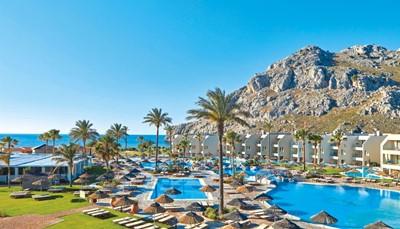 <p>Het hotel ligt direct aan het strand, op 27 km van het centrum van Rhodos-stad en op &plusmn; 30 km van de luchthaven (transfer heen en terug is inbegrepen). Het ligt op wandelafstand van het centrum van Kolymbia, een perfecte uitvalsbasis om het hele eiland te verkennen. Je vindt er diverse tavernes, bars en winkeltjes.</p>