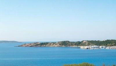 Vervolgens ruil je het bruisende stadsleven in de rust, zon en zee van Vouliagmeni. Dit prachtig schiereiland is vooral bekend om haar beroemde meer, een van de meest indrukwekkende natuurlijke fenomenen rond Athene. Je verplaatsing tussen de twee hotels gebeurt opnieuw per taxi (inbegrepen in de prijs). Het milde, mediterraanse klimaat maakt een vakantie hier het hele jaar door mogelijk. Het schiereiland is ook het rustoord van de Atheense elite. Geniet van de prachtige kust en zwem in een van de verborgen baaien.