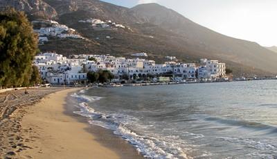 De Cycladen is een groep eilanden in de Egeïsche zee. Je herkent ze aan de typisch Griekse witte huisjes met blauwe deuren en kozijnen, de koepelkerkjes en de smalle straatjes en steegjes. De Cycladen staan voor gezelligheid, authenticiteit en gastvrijheid. Badend in de Griekse zon, kun je niet anders dan verliefd worden op deze mooie dorpjes die wit afsteken tegen heldere blauwe zee.