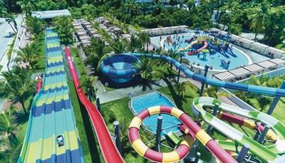 """<div><br /> <span style=""""color:#FF0000;""""><strong>RIU Splash Water World: Een unieke waterwereld!</strong></span></div>  <div><br /> RIU opende binnen het RIU resort een unieke attractie:&nbsp;Splash Water World!&nbsp;In deze zonnige waterwereld beleef je een heuse adrenalinerush op een van de spectaculaire glijbanen.</div>"""