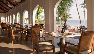 Je begint je dag met een heerlijk ontbijt in The Dining Room, met een spectaculair uitzicht over het strand en de oceaan. Er wordt eveneens lunch en diner geserveerd, waarbij je kiest uit zowel internationale klassiekers als lokale specialiteiten. De vermelde prijs is op basis van half pension, maar mits supplement kan dit uitgebreid worden naar all inclusive. Liefhebbers van de mediterrane keuken kunnen terecht in The Pavilion, die &rsquo;s avonds open is. Sorbet, water en fruit aan het zwembad en het strand zijn gratis.<br /> &nbsp;