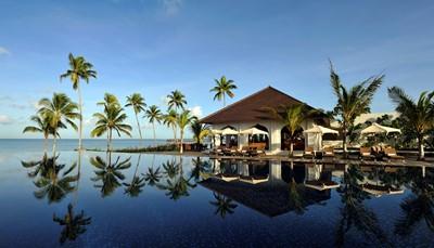 In een rustige uithoek, aan het strand en omgeven door een bos van weelderige palmbomen, vind je The Residence Zanzibar, een luxueus villaresort waar je getrakteerd wordt op een exclusieve ontvangst. Er zijn 66 elegante, moderne villa's met privézwembad. Er is een groot zwembad, een professionele Spa, twee bars, twee restaurants en sportactiviteiten zoals tennis, fietsen, niet gemotoriseerde watersporten en duiken.